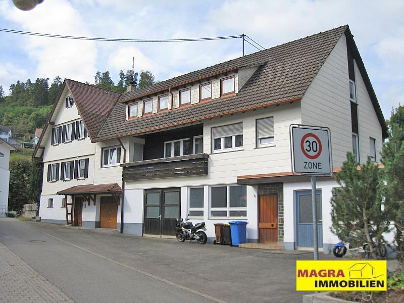 Zweifamilienhaus mit Werkstatt und Garagen